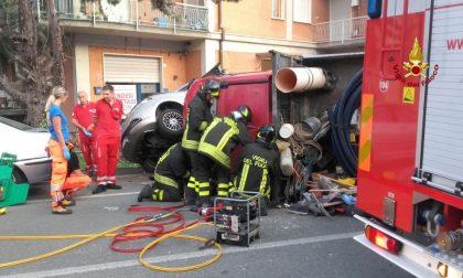Furgone ribaltato a Cogorno, i pompieri liberano il conducente