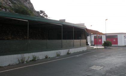 Rissa notturna fuori da una discoteca, cinque ragazzi al pronto soccorso