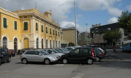 Cade sul binario, 30enne portato all'ospedale San Martino