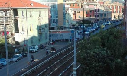 Camion incastrato sull'Aurelia, strada bloccata e lunghe code