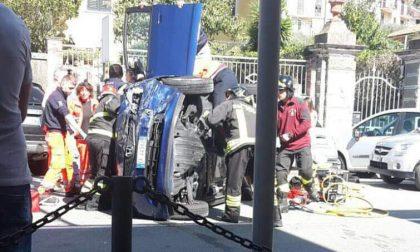 Incidente a Casarza, auto ribaltata: strada chiusa e due feriti