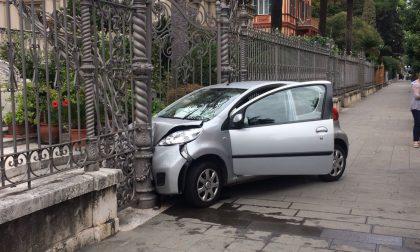 Perde il controllo dell'auto, schianto contro un cancello ma anziana illesa