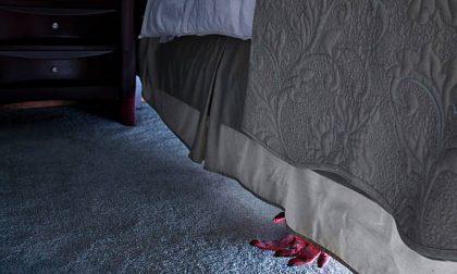 Attende la ex nascosto sotto il letto, poi l'aggredisce