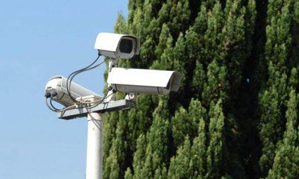 Distraggono la vittima e gli rubano il portafogli: li incastra il filmato di una telecamera