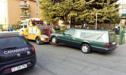 Ultimo saluto al carro funebre: era senza assicurazione