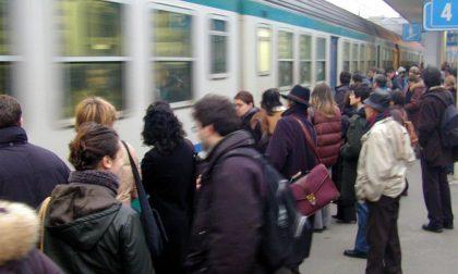 Non ha il biglietto, si rifiuta di scendere e fa accumulare un ritardo al treno