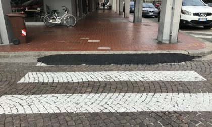 In piazza del mercato a Sestri Levante l'asfalto ha coperto il pavè