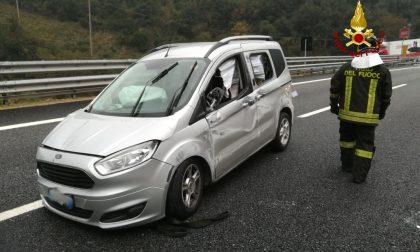 Auto ribaltata in autostrada, intervento dei vigili del fuoco