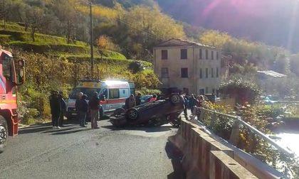 Incidente a Terrarossa di Carasco, auto si ribalta dopo impatto con uno scooter