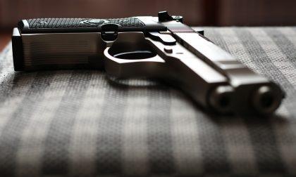 La moglie gli nasconde la pistola, ma ad essere denunciato è lui