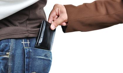 Perde il portafoglio con documenti e soldi guadagnati a fatica: il disperato appello