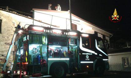Tetto in fiamme nella notte a Moneglia