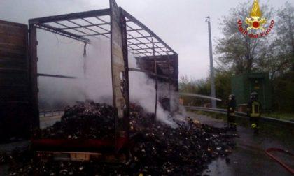 Camion che trasporta caffè in fiamme in autostrada