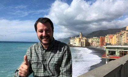 Salvini appeso a testa in giù in un manifesto a Recco