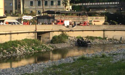 Auto sbatte contro un muro e cade nel fiume