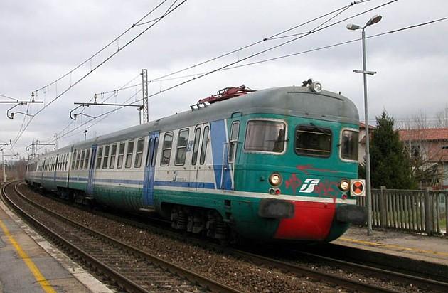 Treno urtato da Gru deraglia, dieci feriti. Disagi sulla linea