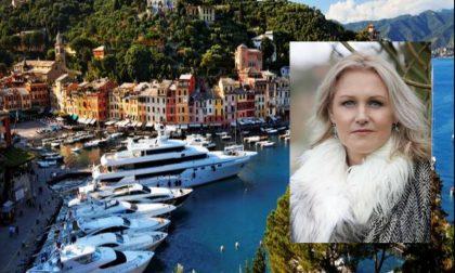 Larissa Watson, accusata di furto di uno yacht a Portofino, si presenta in tribunale