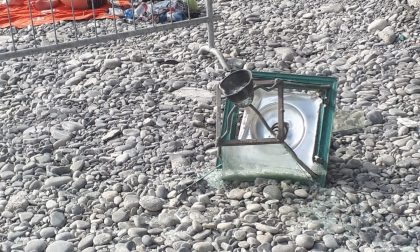 Lampione precipita in spiaggia, sfiorata bagnante