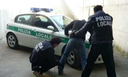 Si fingono poliziotti e perquisiscono un minore