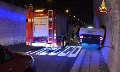 Incidente stradale sull'A12, auto si capotta in galleria