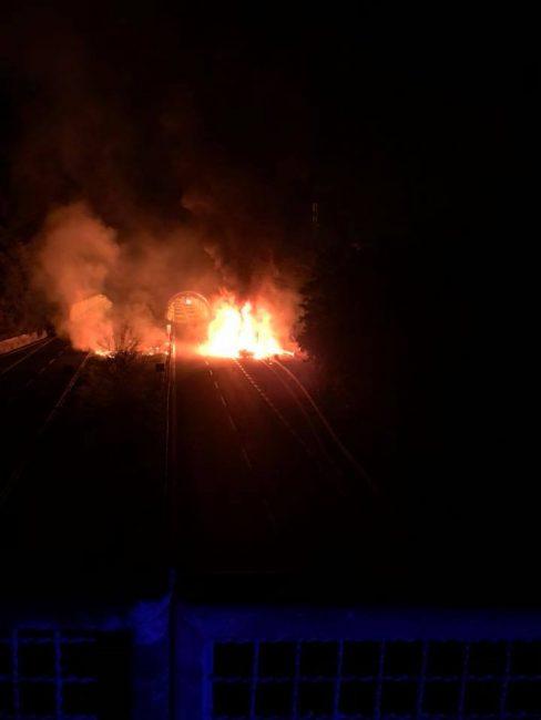 Veicolo in fiamme in autostrada
