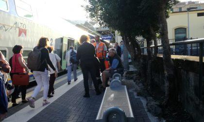 Tenta di prendere il treno al volo, turista ferito