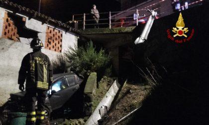 Auto precipita da un muraglione e impatta contro un edificio
