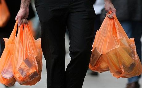 Ruba la borsetta alla vicina, denunciato 79enne