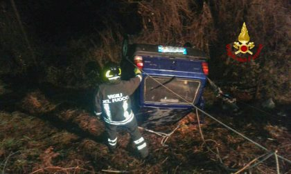 Auto si ribalta e finisce in bilico su una scarpata, l'intervento dei Vigili del Fuoco
