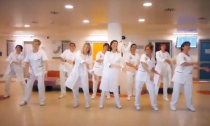 Il Flash mob delle infermiere dell'ospedale Gaslini per divertire i bambini a passo di danza