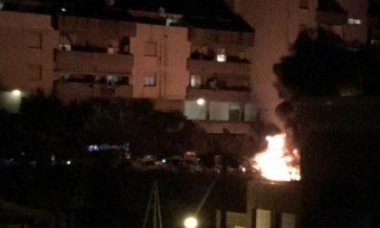 Bruciano nella notte due auto e un furgone a Lavagna
