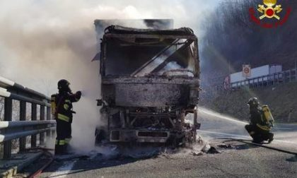 Camion a fuoco in A12
