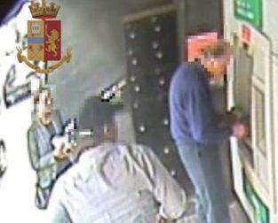 Furto al bancomat, denunciati i due ladri