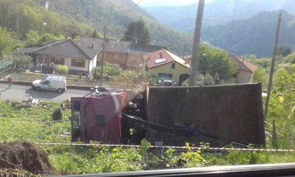 Camion esce di strada e si ribalta, le foto del rocambolesco incidente