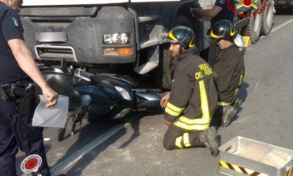 Scooterista incastrato sotto a un camion, il difficile soccorso