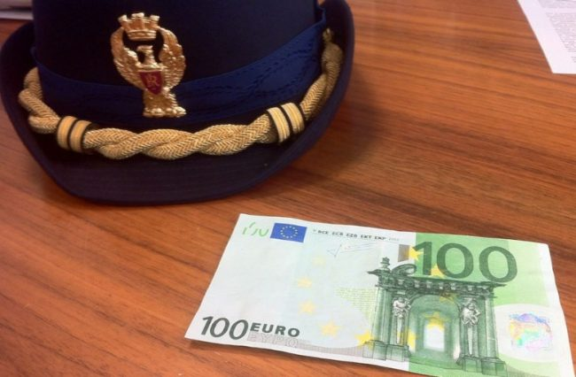 Spende soldi falsi e ruba biancheria intima: arrestata