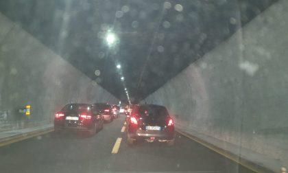 Incendio in autostrada, traffico bloccato