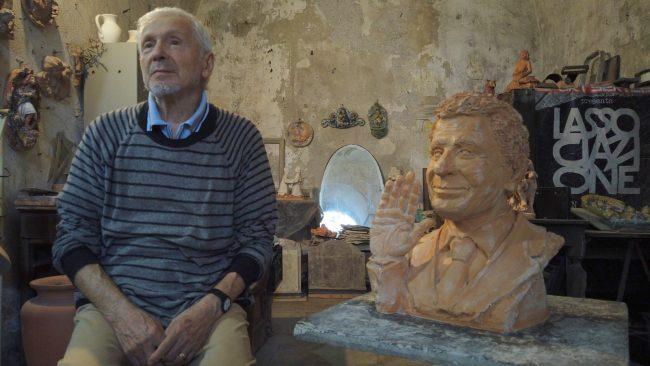 Lo scultore Edoardo Ceccardi realizza un mezzobusto in terracotta di Fabrizio Frizzi per donarlo alla Rai di Roma