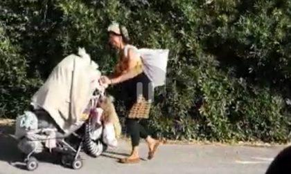 Donna con un passeggino nelle gallerie di Moneglia blocca il traffico