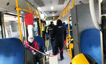 Treni e bus di nuovo a pieno carico, il PD: «Un pasticcio»