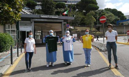 """""""Maglietta Sospesa"""": oggi la donazione di 80 t-shirt agli operatori del San Martino"""