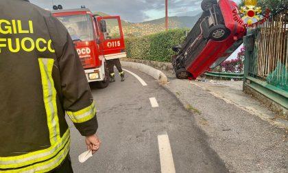 Donna in bilico con l'auto salvata dai Vigili del fuoco