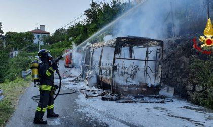 Dodici passeggeri in salvo dall'autobus in fiamme