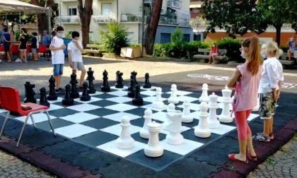 """""""Scacco matto al Covid"""", inaugurata la nuova area gioco in piazza Aldo Moro"""