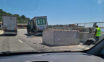 Incidente in A10, tir perde blocco di cemento