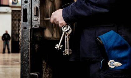 Detenuto sferra pugni a calci a due agenti della penitenziaria