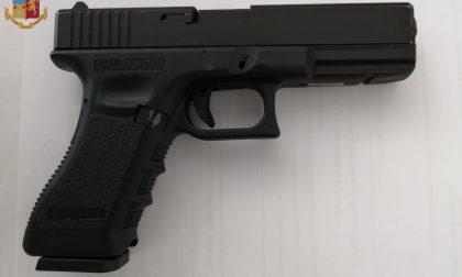Minacciano i coetanei con una pistola ad aria compressa