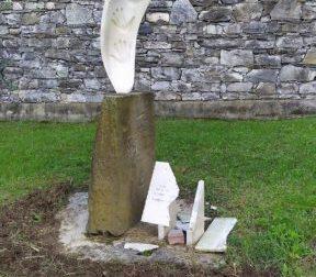 Distrutta targa del monumento dedicato alle vittime delle Foibe