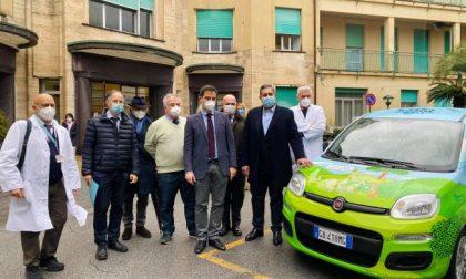 Latte Alberti dona un'auto ecologica. La consegna ieri al Gaslini
