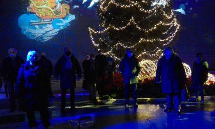 Sulla facciata del Comune scorrono le proiezioni di Natale